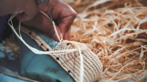 The shoes are hand-woven around the shoe by women in the area around Essaouira. They use different techniques in this process, which result in the unique patterns of Raphia shoes. Due to the lightweight material and the characteristic patterns, it is the ultimate summer shoe brandishing true craftsmanship. craftsmanship